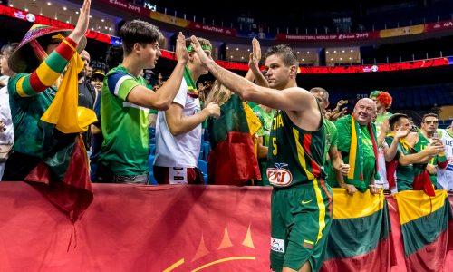 """""""Stiprūs kartu"""" savanoriu tapęs Mantas Kalnietis susipažino su šimtamete krepšinio gerbėja"""